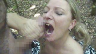 Blondine nach dem Blowjob ins Gesicht gespritzt